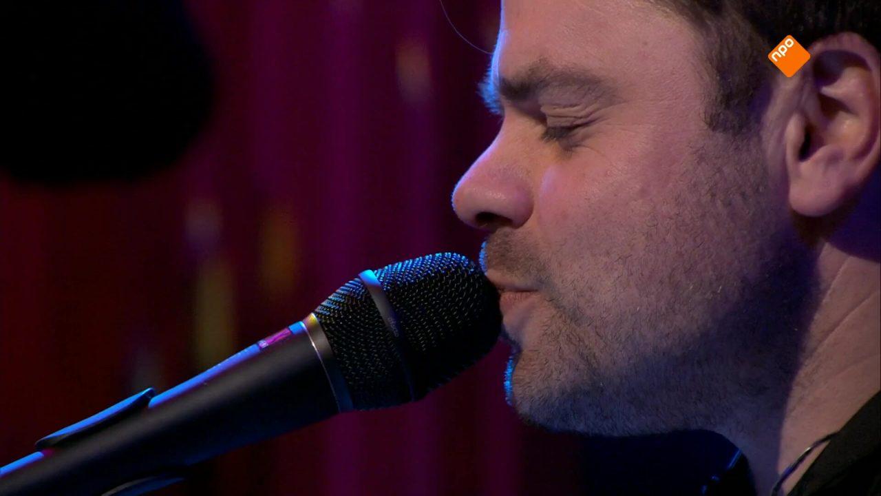 VanVelzen speelt zijn nieuwe single 'Only Flames' live in de uitzending